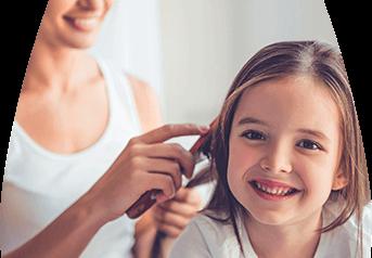 Gota - Niña siendo peinado