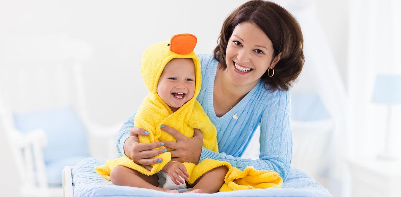 Mama con bebe recien bañada