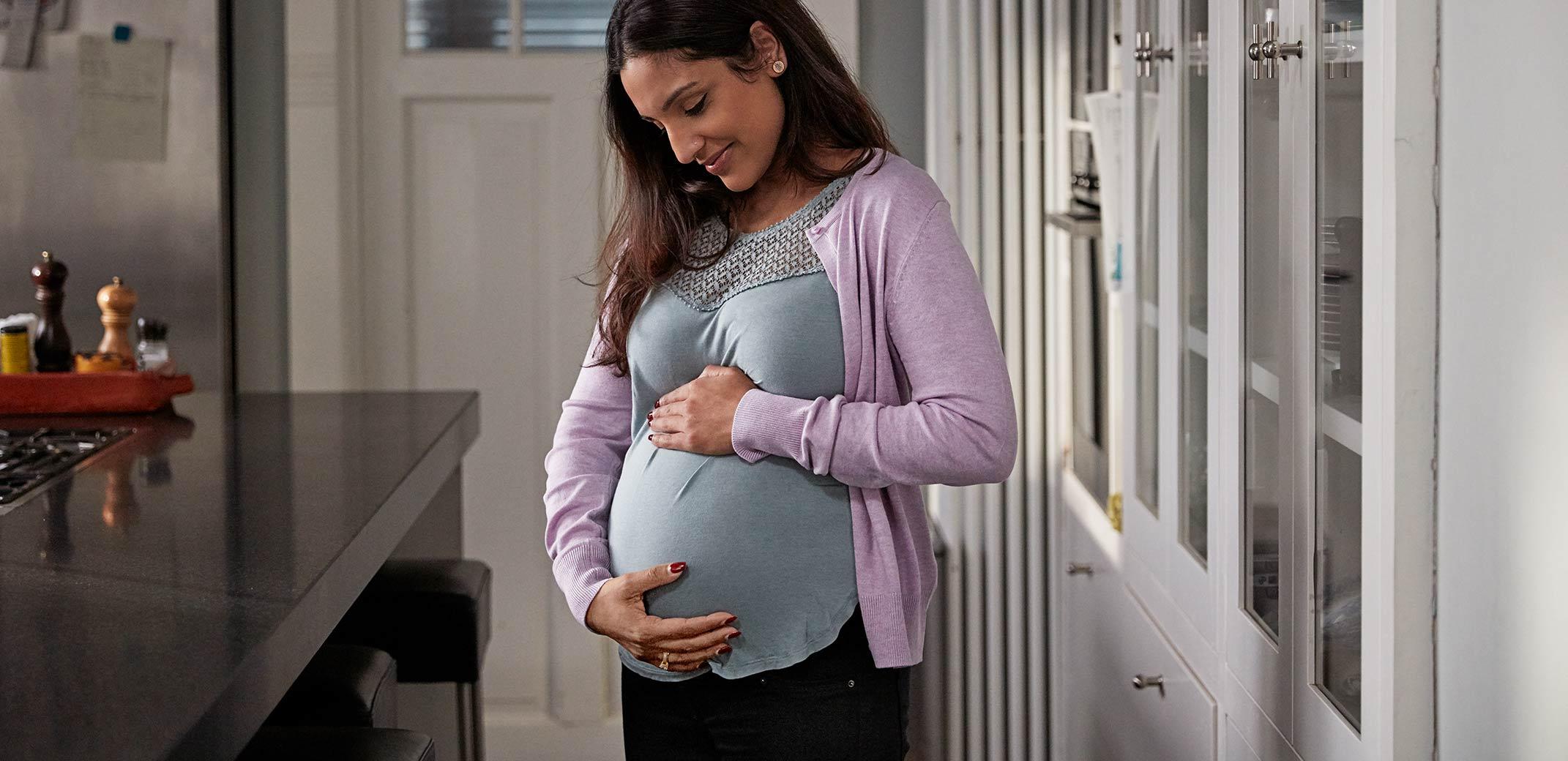 mujer embarazada tocandose la barriga